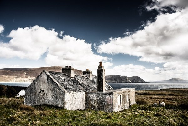 An old ruined Irish house by the sea.