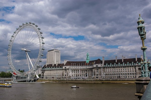 The London Eye with Aquarium in the neighbouring building. Credit to JordanHoliday